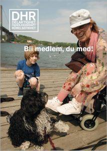 Mor, barn och hund på en brygga. Hunden tittar upp på mamman, pojken sitter på huk till vänster om henne och tittar på hunden. Mamman använder rullstol. Mitt i bilden står med vit text: Bli medlem, du också.